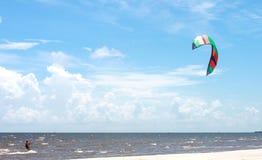 Parasailing im Golf von Mexiko mit schönem blauem Himmel und weißem Sand stockfotografie
