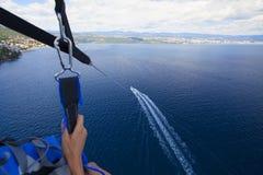 Parasailing im Sommer auf dem adriatischen Meer Lizenzfreies Stockbild