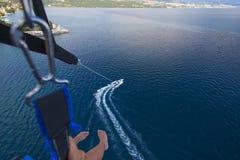 Parasailing im Sommer auf dem adriatischen Meer Lizenzfreie Stockfotos