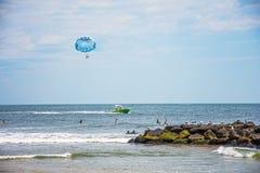 Parasailing längs stranden Arkivfoton