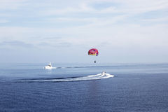 Parasailing in mare Fotografie Stock