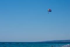 Parasailing na praia imagem de stock royalty free
