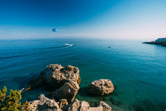 Parasailing nahe beliebtem Erholungsort von Nerja in Spanien Lizenzfreie Stockfotos