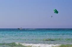 Parasailing nel cielo blu, Cipro Fotografia Stock