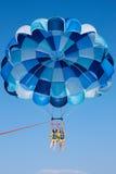 Parasailing no céu Foto de Stock Royalty Free