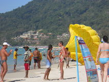 Parasailing op het strand Stock Foto