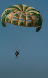 Parasailing op Strand Royalty-vrije Stock Afbeelding