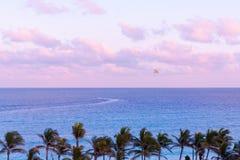Parasailing over de oceaan bij zonsondergang Stock Foto
