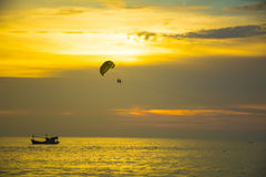 Parasailing over sea in sunset Royalty Free Stock Photos