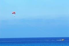 Parasailing på den Konnos stranden i Protaras Cypern Arkivbild