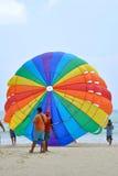 Parasailing på den Patong stranden Royaltyfri Fotografi
