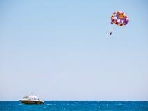 Parasailing på den Psalidi stranden, Kos, Grekland Royaltyfri Bild