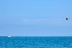 Parasailing på den soliga dagen på havet Arkivbilder
