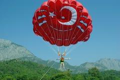 Parasailing - paracadute, mare e buon umore fotografie stock