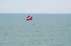 Parasailing przy mirt plażą Zdjęcie Stock
