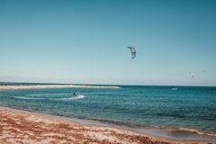Parasailing przy morzem obraz royalty free