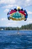 Parasailing przygoda na jeziorze obrazy royalty free