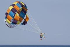 Parasailing är mycket populär i de turkiska semesterorterna Arkivbilder