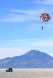 Parasailing in Salar de Uyuni Lizenzfreies Stockbild