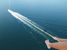 Parasailing sobre el agua Imágenes de archivo libres de regalías