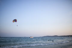 Parasailing sobre o mar Fotografia de Stock Royalty Free