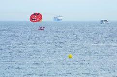Parasailing sopra il mar Mediterraneo Fotografia Stock