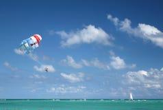 Parasailing tropical do oceano Fotos de Stock Royalty Free