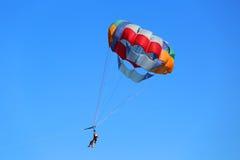 Parasailing in un cielo blu in Punta Cana, Repubblica dominicana Immagini Stock Libere da Diritti