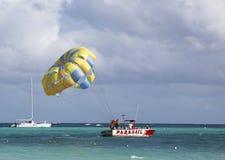 Parasailing in un cielo blu in Punta Cana, Repubblica dominicana immagine stock libera da diritti
