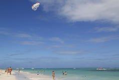Parasailing in un cielo blu sopra la spiaggia di Bavaro in Punta Cana, Repubblica dominicana Fotografie Stock Libere da Diritti