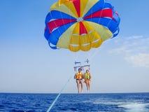 Parasailing in un cielo blu in spiaggia di Santorini Fotografie Stock Libere da Diritti