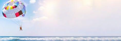Parasailing wodna rozrywka - latający na spadochronie za łodzią na wakacje letni morzem w kurorcie Przestrzeń dla teksta zdjęcia royalty free