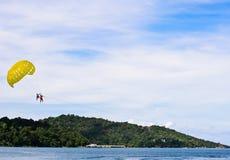 parasailingfolk phuket Royaltyfri Bild