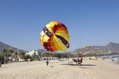 Parasailingspret op het strand Royalty-vrije Stock Foto's