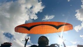 Parasailingsprozeß von der Mann mit Parawing Gleitschirmfliegen stock video