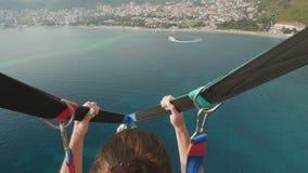 Parasailingswasserunterhaltung Fliegen auf einen Fallschirm hinter ein Boot in Montenegro stock video footage