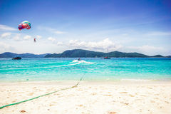 Parasailor и красивейший пляж Стоковая Фотография RF