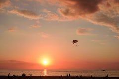 Parasaler sobre o mar na luz do por do sol fotos de stock royalty free