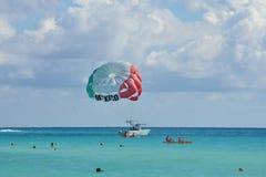 Parascenders sobre o mar das caraíbas Fotos de Stock Royalty Free