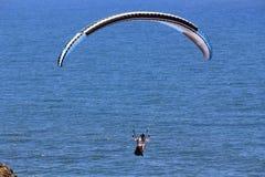 Parashoot die langs de kust vliegen Royalty-vrije Stock Fotografie