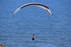 Parashoot die langs de kust vliegen Royalty-vrije Stock Foto's