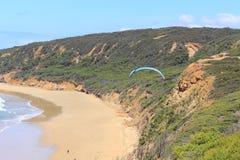 Parashoot die langs de kust vliegen Royalty-vrije Stock Foto