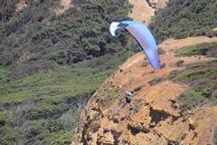 Parashoot die langs de kust vliegen Royalty-vrije Stock Afbeelding