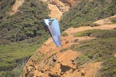 Parashoot die langs de kust vliegen Royalty-vrije Stock Afbeeldingen