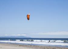 Parasiling na praia Califórnia de Stinson Fotografia de Stock Royalty Free