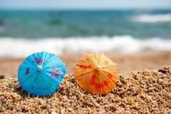 Parasóis coloridos para a máscara na praia Foto de Stock Royalty Free