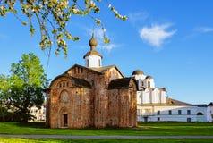 Paraskeva Pyatnitsa教会和圣尼古拉斯大教堂在Veliky诺夫哥罗德,俄罗斯 免版税图库摄影