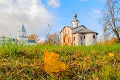 Paraskeva Pyatnitsa Church och porttorn på Yaroslav Courtyard i Veliky Novgorod, Ryssland Royaltyfri Bild