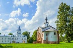 Paraskeva Pyatnitsa Church och porttorn på Yaroslav Courtyard i Veliky Novgorod, Ryssland Royaltyfria Bilder