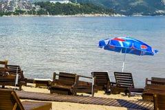 Parasol και ήλιων αργόσχολοι στην παραλία σε Budva, Μαυροβούνιο Στοκ φωτογραφία με δικαίωμα ελεύθερης χρήσης